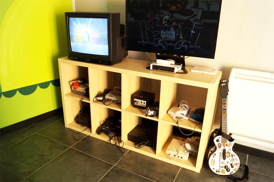 plein de consoles retro au r4ndom bar gaming bordeaux